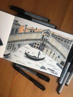 Venedig. Gemalt mit Tuschestiften. Auf dem Bild ist die Rialtobrücke und darunter eine Gondel.